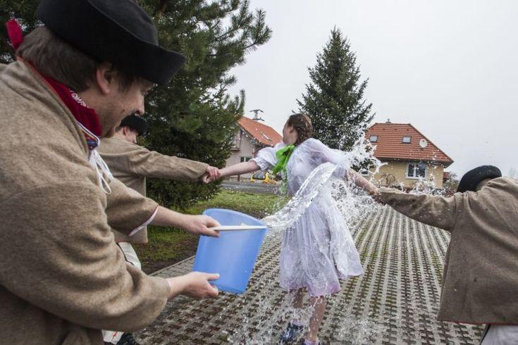 Členovia Folklórneho súboru Váh počas Veľkonočnej oblievačky v Liptovskom Mikuláši - 17. apríl 2017