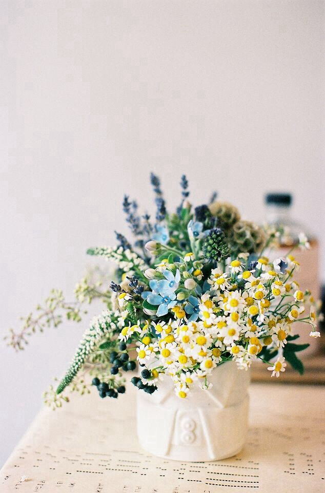 Center piece idea - love the colours and the use of daisies