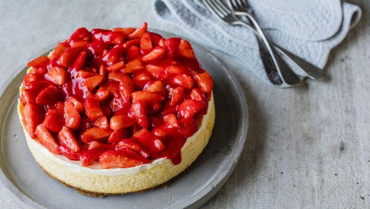 Alle elsker ostekake. Og alle elsker jordbær. Her kan vi glede alle med begge deler!  Vær obs på at kaken skal stå og stivne i kjøleskapet i minst fire timer etter at den er stekt!  Bruk en springform på omtrent 20-22 cm i diameter.