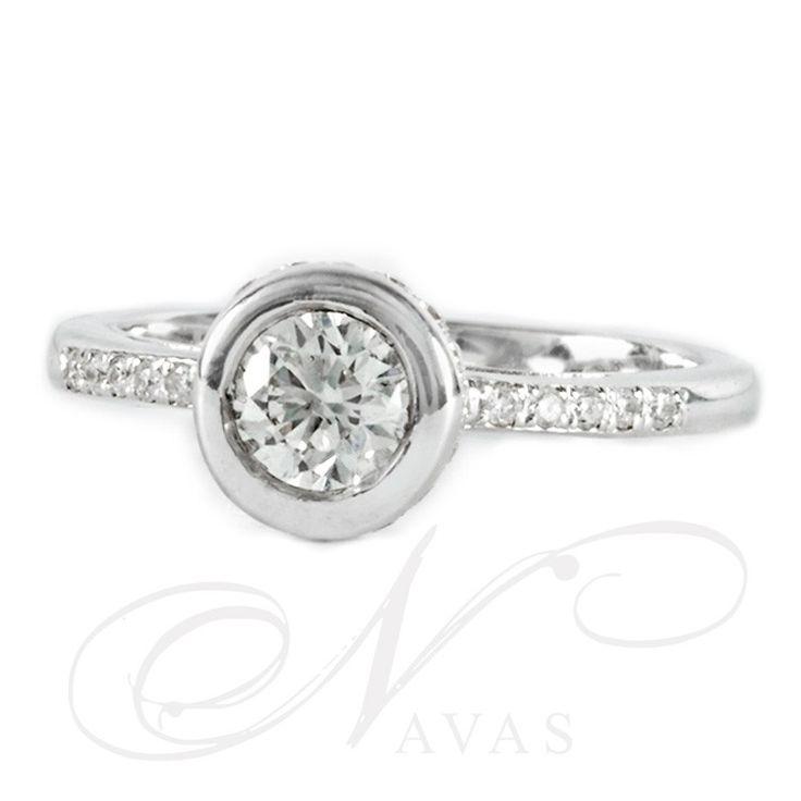 Este anillo de compromiso presume de elegancia y comodidad en su diseño. Con un brillo absoluto en el diamante central, que además le aportará importancia a los diamantes adicionales. Este modelo es ideal como solitario de compromiso, con las mismas ventajas que su hermano menor el solitario, es decir, comodidad y elegancia en el diseño, y brillo asegurado en el diamante central, le aporta un plus de importancia con los diamantes adicionales. Puedes adquirirlo en www.joyeriaydiamantes.com