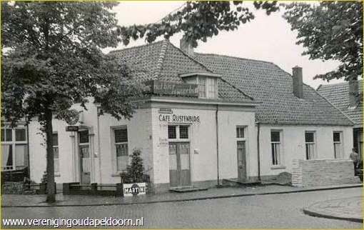 Rustenburgstraat hoek Brinklaan. Ongeveer 1950.Café Rustenburg.
