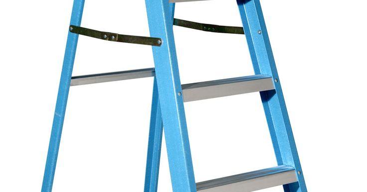 Clasificaciones de escaleras de tijera de la OSHA. Una escalera de tijera es un aparato aparentemente simple. La Administración de Seguridad y Salud Ocupacional (OSHA, por sus siglas en inglés) estableció clasificaciones de escaleras específicas para hacer más fácil la selección de una escalera tijera. Un reporte sobre heridas ocupacionales mortales publicado en 2009 por la Oficina de Estadísticas ...