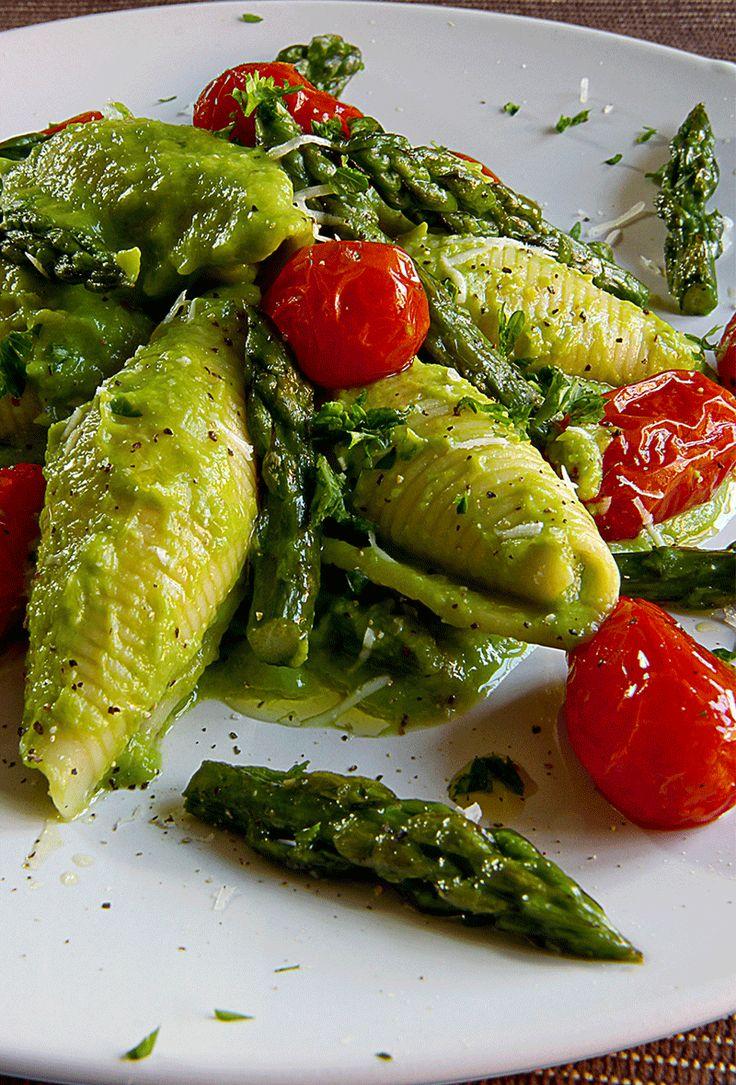 Cercate un primo piatto semplice da fare e di sicuro effetto? Eccolo! I conchiglioni rigati con crema di asparagi e pomodorini al forno sono un tipo di pasta ideale per la crema di asparagi ...