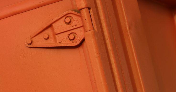 Cómo ajustar una puerta de garage con resorte a torsión. El resorte a torsión ayuda a que la puerta de garaje abre y cierre fácilmente. Hay dos resortes a torsión a cada lado de la puerta. Están ubicados en la parte superior interna de la puerta. Si no abre o cierra adecuadamente, entonces verifica la tensión en los resortes para ver si necesitan ser ajustados. Puedes necesitar a alguien para que te ...