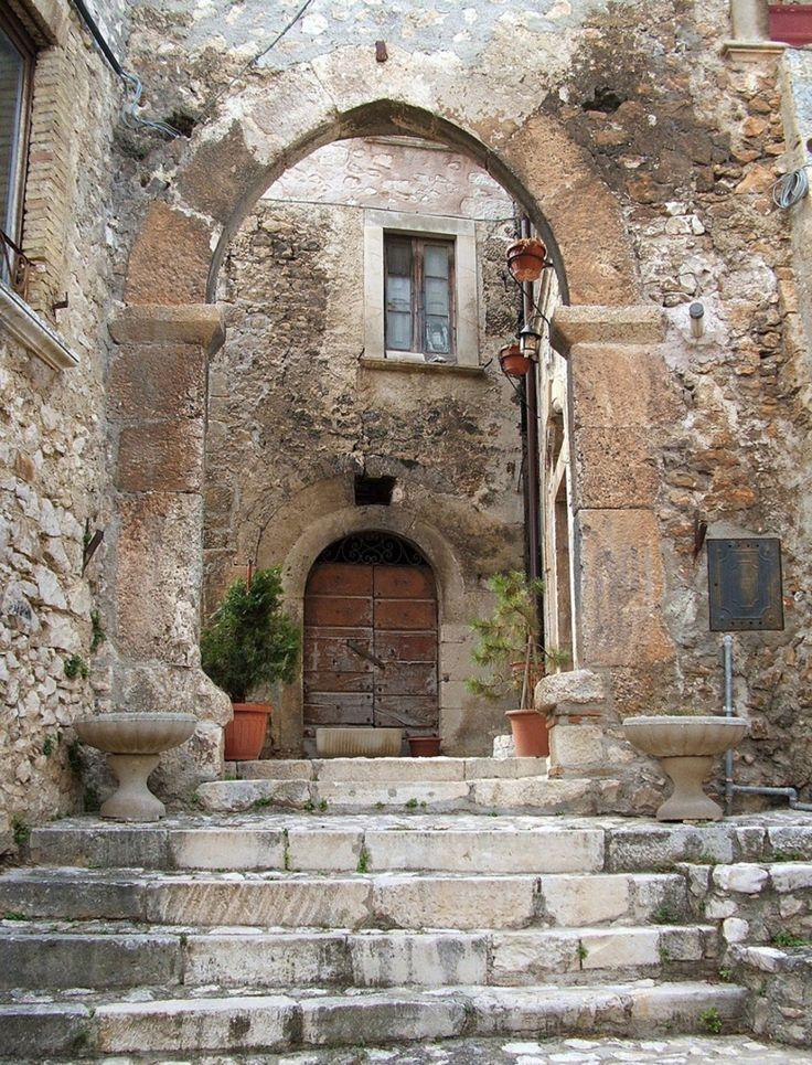 Un'altra delle meravigliose porte dell'antica Navelli.... #abruzzo #travel #italy #navelli #zafferano #borghipiubelliditalia #borgo #abruzzosegreto