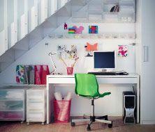 Espaço de trabalho debaixo de escadas, com arrumação, secretária e cadeira
