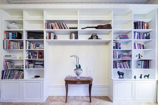 Platsbyggd bokhylla + ljust golv