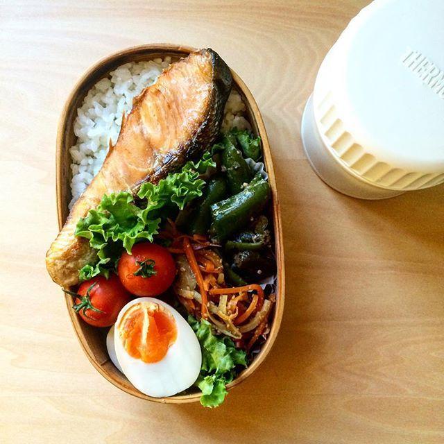 鮭弁☺︎ . 今日はお昼時間が出先の予定なので旦那氏用のみ。 . . お弁当いっこになると早いしラク。 . #お弁当 #obento #曲げわっぱ