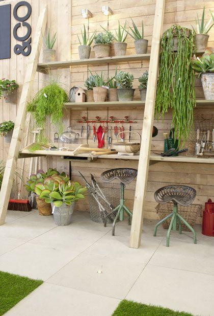 Het opbergen van tuingereedschap en plantenpotten hoeft niet veel ruimte in beslag te nemen. op http://www.tuinieren.nl/tuinnieuws/zelf-maken/werkbanktrappen.html