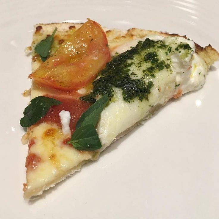 Fui convidada a degustar a nova pizza de tapioca @redegourmetbh em primeira mão! E eu comi com a mão porque não sou obrigada a nada! Hahaha Em breve no cardápio! #burrata #pizzadetapioca #delicia #pizza #domingo  __________________  @redegourmetbh invited me to try their newest pizza made with tapioca dough and I approved it lol! by bellafalconi