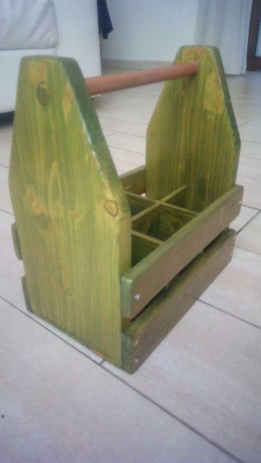 Portabirre in legno fatto a mano, realizzato in parte con legno riciclato (pallets). Vernice ad acqua e flatting.