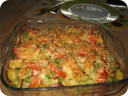 Aardappelschotel met doperwtjes, prei en spekjes