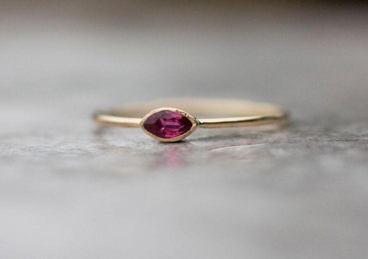 Zart und zierlich Rubinring in 14 Karat Gelbgold handgefertigt.  Der Stein in diesem Ring ist natürlich Ruby- Erde mined- nicht synthetische oder Labor erstellt.  Rubin ist der Juli...