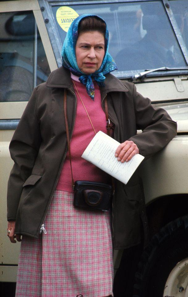 Wenn die Queen ein Freizeit-Outfit anzieht, sieht das so aus: Ein pinker Schottenrock, ein pinker Pulli und ein Kopftuch. <i>(Photo by Anwar Hussein/Getty Images)</i>