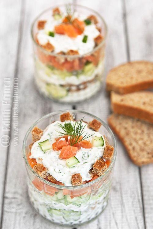 SALATA IN STRATURI CU SOMON AFUMAT- Astazi avem meniu de canicula: salata la pahar. Rapida, gustoasa, dietetica, Dukan. Este o salata de mare efect, pe care o puteti folosi (chiar si in varia