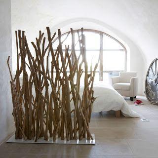 Idée avec bois flotté pour protéger des regards indiscrets, avec fleurs grimpantes.