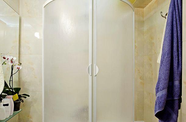 Így lesz tiszta a vízköves és penészes zuhanyzó: ezt a házi szert próbáld! | femina.hu