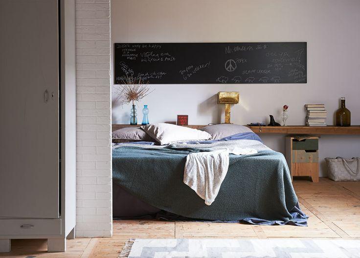 Lange houten plank achter het bed - vtwonen