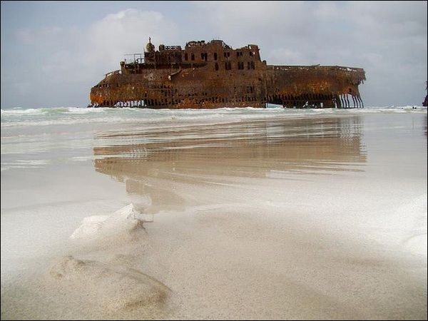 """Il """"Cabo Santa Maria"""" su una spiaggia al largo di Capo verde"""