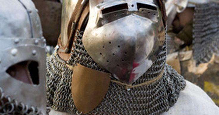 Como construir capacetes de armaduras medievais. Crie versões do vestuário e suporte de capacetes de armaduras medievais em casa. Os capacetes de armaduras do século XV foram feitos a partir de placas de aço pesadas, dobradas em conjunto, dando a eles formas menos arredondadas e angulares. Você pode reproduzir as várias formas poligonais e cônicas de capacetes medievais com materiais leves. Use ...