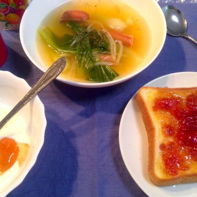 このところアップをサボってたので、まとめて出します。まずは、簡単な朝食から。 スープはコンソメ味。もやしとかソーセージとか、その時あるもので。ヨーグルトにはだいたいドライフルーツかゆず茶、ジャム等が入ります。 朝、慌ててたのでスプーンが二つ(笑) - 5件のもぐもぐ - ある日の朝食(チンゲンサイのスープ、ドライアプリコットとハチミツのヨーグルト、ジャムパン) by dentyuugaku