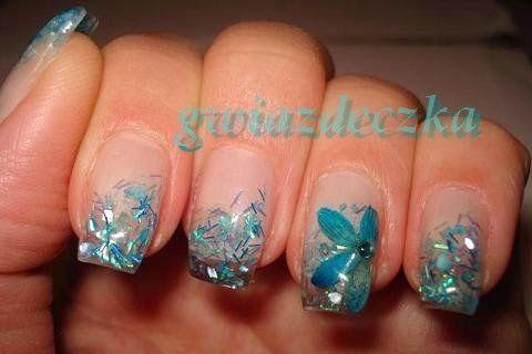 Paznokcie żelowe z niebieskimi suszonymi kwiatkami http://esteraowczarz.blogspot.com/2014/03/paznokcie-niebieskie-suszone-kwiatki.html