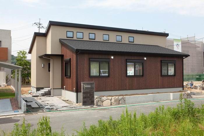 片流れ屋根の平屋 木目調の外観が優しい雰囲気 片流れ ホームウェア