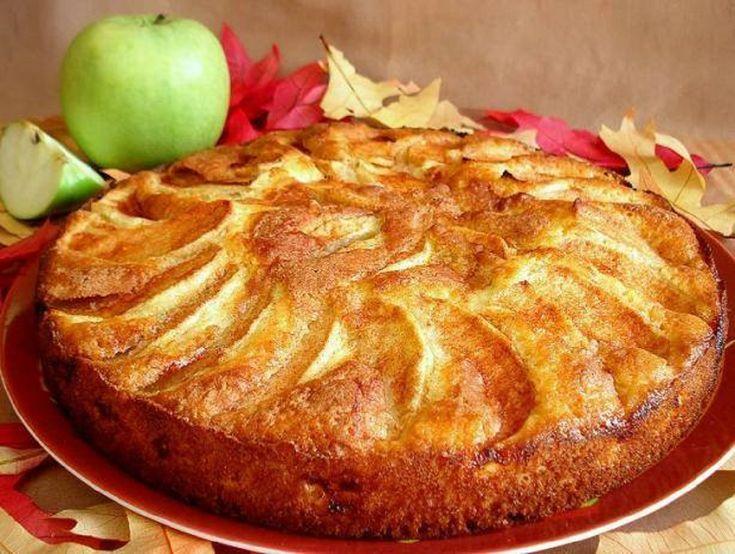 Oprăjitură cu merepufoasă, delicioasă, super simplă, merită încercată. INGREDIENTE: -3-4 mere; -250 gr de făină; -200 gr de zahăr; -3 ouă; -100 ml de ulei; -3 linguri de rom sau calvados; -½ plic praf de copt; -1 linguriță extract de vanilie (sau 3 plicuri de zahăr vanilat); -scorțișoară (opțional); -1 măr tăiat felii subțiri, pentru décor. MOD DE PREPARARE: 1.Tăiați merele cuburi mici sau felii subțiri. Adăugați romul și 100 gr de zahăr și lăsați fructele la măcerat timp de 15-30 minute…