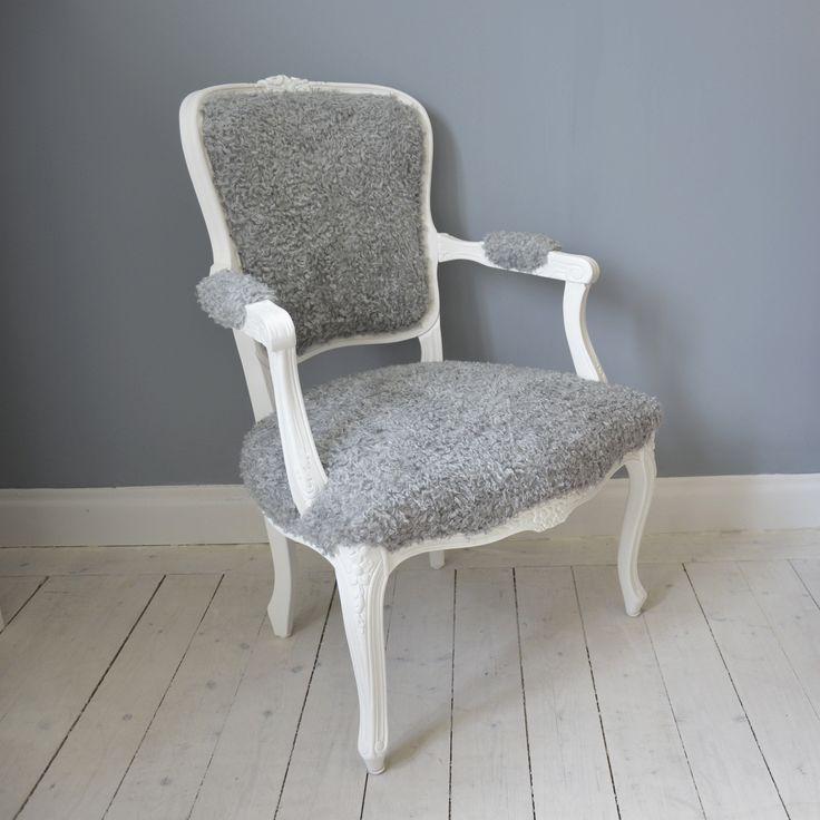 Vacker karmstol med fårull  i Rokokostil