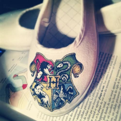 Working on some HARRY POTTER shoes ! :D Come see the progress on www.facebook.com/fauvesbcreations #hogwarts #crest #slytherin #gryffindor #hufflepuff #ravenclaw #wizard #witchcraft #harrypotter #harry #potter #shoeart #shoes #art #artist #drawing #diy #handmade