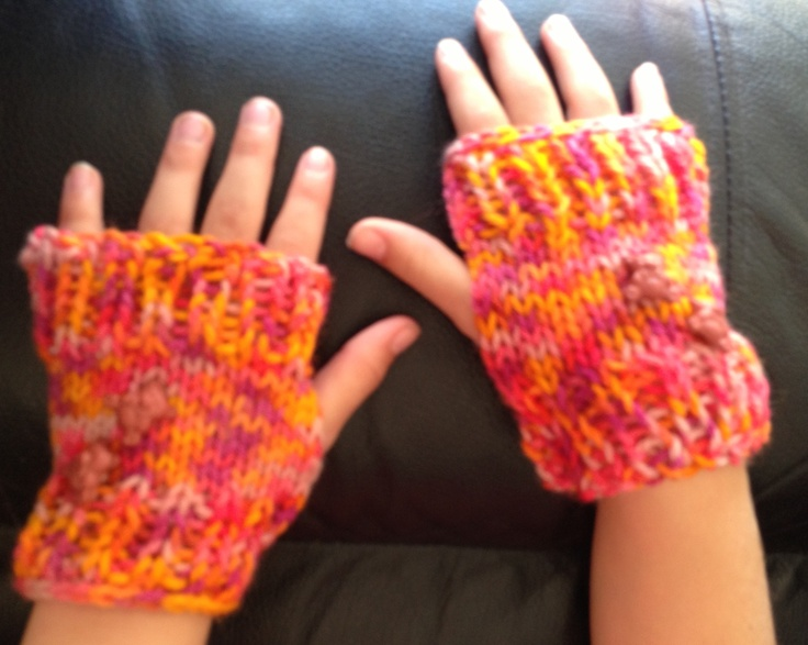 Little fingerless hand warmers with some teddy bear button. Wool and buttons chosen by dd :)