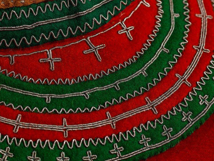 Bringeklede for kvinne (boengeskuvmie) til den sørsamiske koften. Bringekledet bukes av både menn og kvinner – tradisjonelt bruker kvinner rødt og grønt, mens menn bruker rødt og blått eller rødt og svart. Broderiene er sydd med tinntråd.