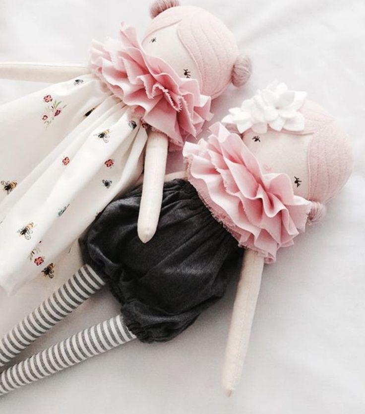Para los chinguitos, primero haz la bolita de estambre o tela para coserla hecha entre el frente y atras
