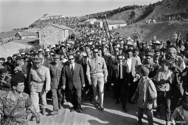 Trouna, 17 juin 1962. Krim Belkacem et Mohamed Boudiaf, entourés des membres des conseils Wilaya III et IV.