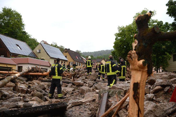 Schutt und Geröll liegen in Braunsbach (Baden-Württemberg) auf einer Straße. Von Fluten fortgerissene Autos, vom Einsturz bedrohte Häuser: Kein Ort wurde so hart vom Unwetter getroffen wie die 900-Einwohner-Gemeinde Braunsbach in Baden-Württemberg. Entsetzen am Tag danach.