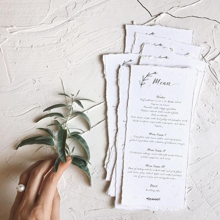 © PAPIRA invitatii de nunta personalizate // The beauty of recycled paper and deckled edges transformed into these homely reception menus // #papiradesign #papirainvitations #invitatiidenunta #invitatiinunta #weddinginvitations.