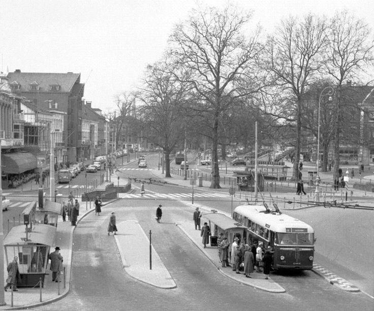 Het Willemsplein in Arnhem, 1957. Een van de zeldzame foto's gemaakt vanuit het HBS-gebouw.