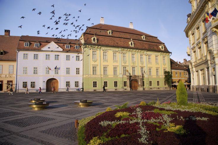 Brukenthal-Palast und Museum in Sibiu. Der Baron Samuel von Brukenthal wurde vom kaiserlichen Hof in Wien und selbst von der Königin Maria Theresia sehr geschätzt. Diese ernennt ihn im Jahr 1777 zum Gouverneur von Siebenbürgen. Von 1778-1788 lässt er sich eine mächtige Barockresidenz, den Brukenthal-Palast erbauen. Im Jahr 1790, drei Jahre bevor der Louvre eröffnet wurde, stellt der Baron seine Gemälde zur Schau.