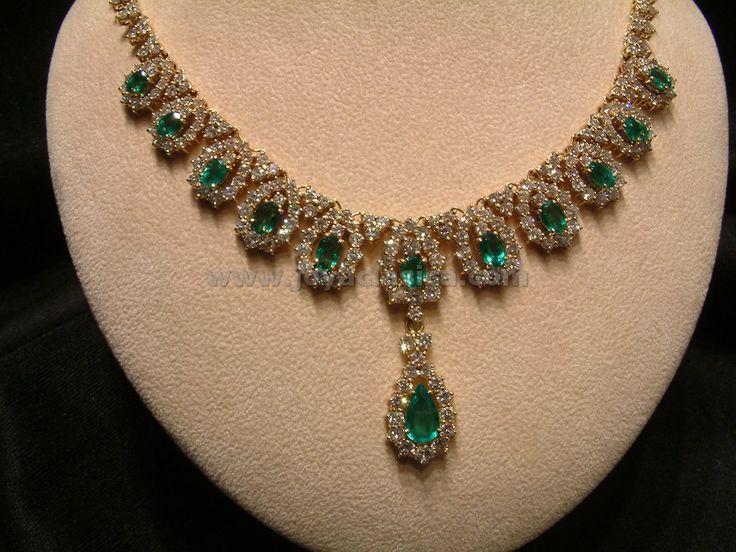 Preciosa gargantilla de oro, esmeraldas y brillantes. Una joya que realza su cuello y con la que iluminara allá por donde vaya.