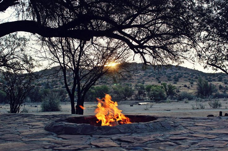Oop Karoo-vuur in Otterskloof, 'n wildreservaat tussen Noord-Kaap en Vrystaat