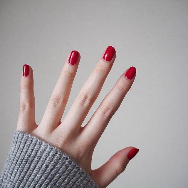 短めレッドネイル🌷 . いつもより皮ギリギリまで爪を切って、単色塗りしてみた!この色可愛い~💕 . #nail #red #短めネイル #セルフネイル #opi #bigapplered🍎