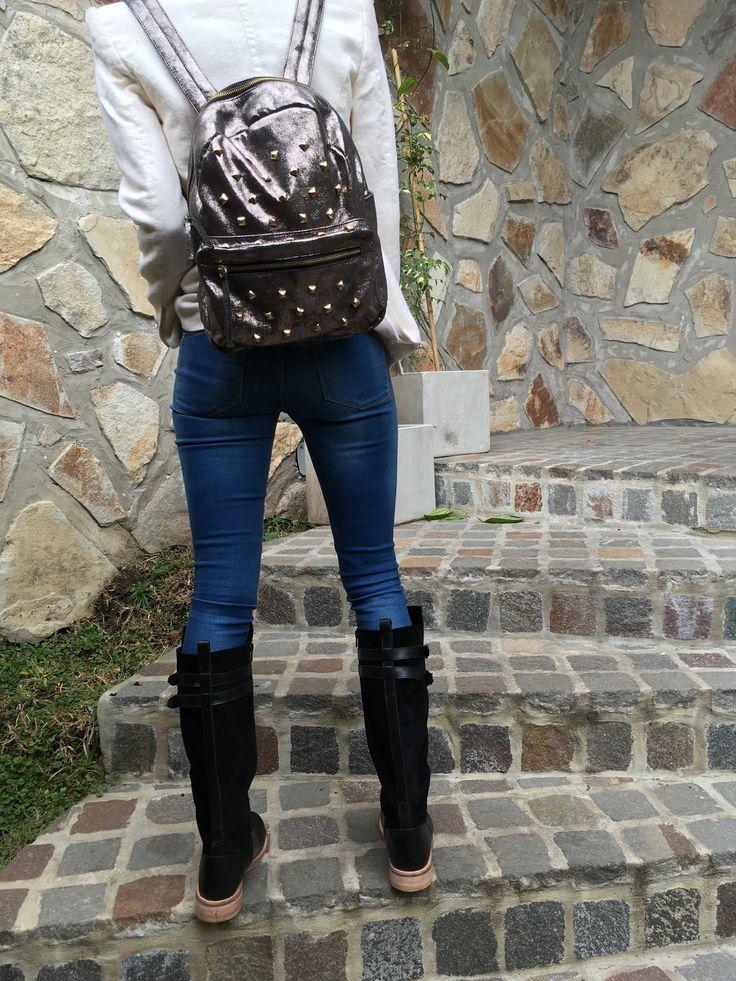 Outfits Cartera de cuero Mochila de cuero Facebook: Regina.Corsaro.Zapatos.Y.Carteras https://www.facebook.com/Regina.Corsaro.Carteras.Y.Zapatos/
