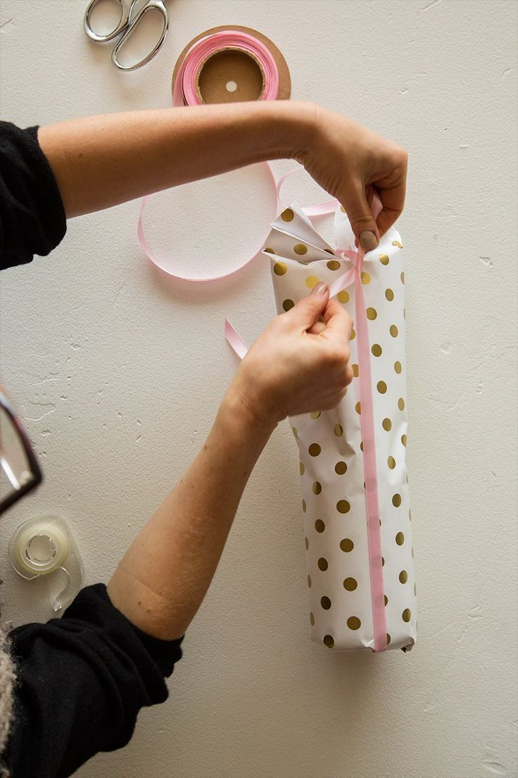 how to wrap a wine bottle - this is so simple and pretty!