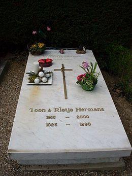 Graf van Toon Hermans en zijn vrouw Rietje in Sittard