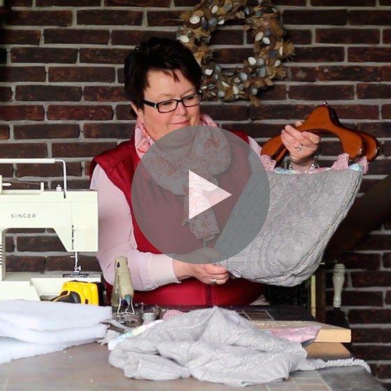Filmpje: maak tas van wintertrui - Van twee kledinghangers, een lief stofje met bloemenmotief en een warme kabeltrui maakt Alie van Veldhuizen een handtas. Een aangename klus voor een lange winteravond, met verrassend resultaat. Daarbij een verfrissende manier om gebruikte spullen een tweede leven te geven. Maak uw eigen exemplaar aan de hand van Alie's instructies in dit filmpje.