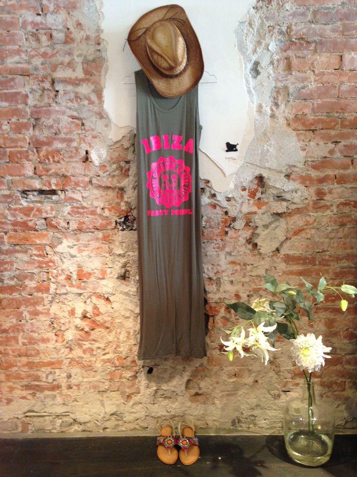 We're going to #Ibiza. Cowboyhoed met Ibizadress en vrolijke slippers. Lot 7 #fashion #lente #2015.