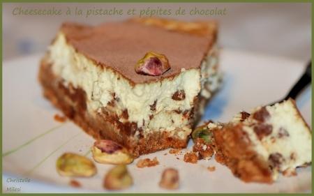 Cheesecake à la pistache saupoudré de cacao en poudre...