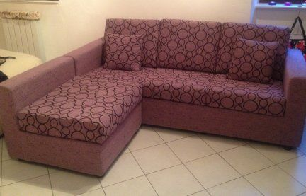 Vendo divano come nuovo. tre posti con penisola Tessuto sfoderabile lavabile color melanzana con inserti in color nero, molto originale. €. 300,00