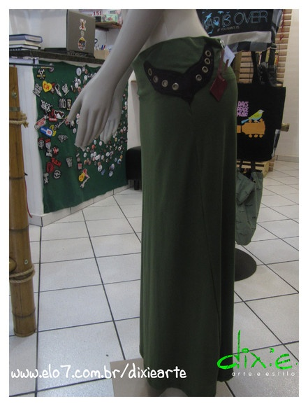 Saia Elfo Longa Cor Verde Com detalhes em tachinhas douradas envelhecidas e camurça roxa. R$140,00