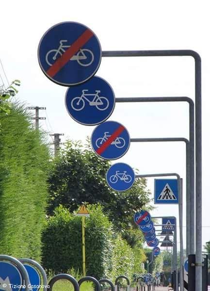 Pedalare no, sì, no, sì, no, sì... Strada di Creazzo, prov. di Vicenza... Abbiamo ingegneri che ci pensano su mesi (di buste paga) per partorire  idee simili...